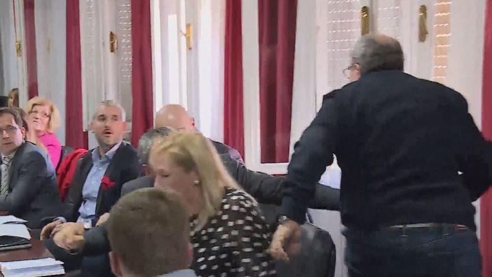 Željko Kerum nasrnuo na vijećnika HSLS-a (Dnevnik.hr)
