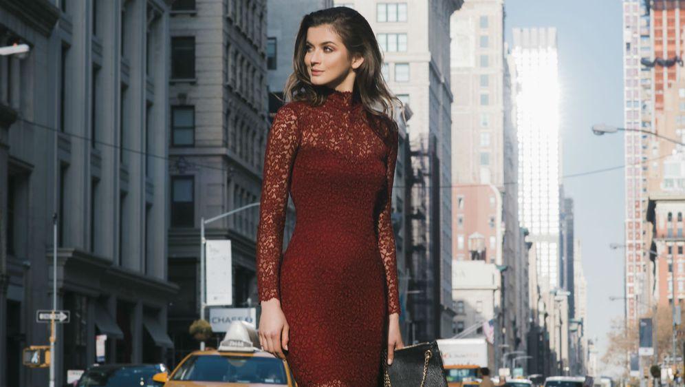 Crvena zanosna čipka haljina koja naglašava siluetu tijela (Foto: Katerina Medowaya)