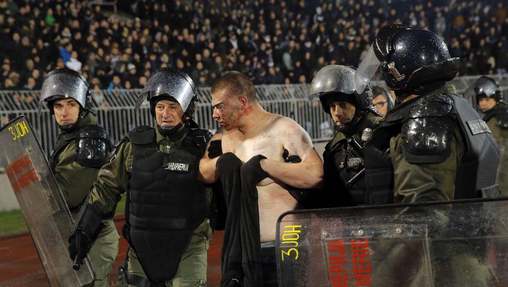 Jedan od huligana pretučenih na stadionu u Beogradu (Foto: AFP)