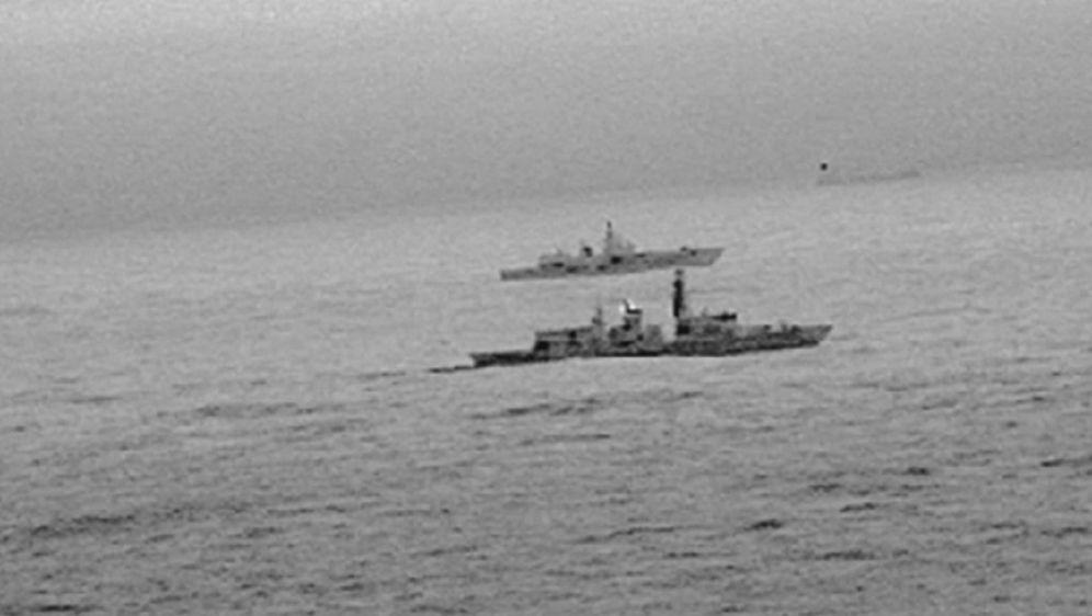 Britanski brod prati drugi brod (Screenshot Reuters)