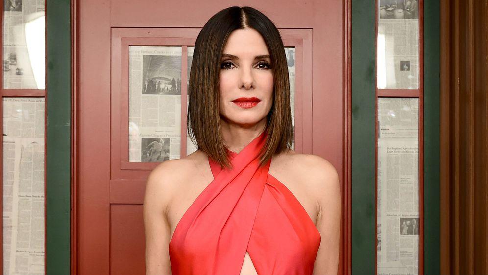 Sandri Bullock crvena haljina izvrsno pristaje