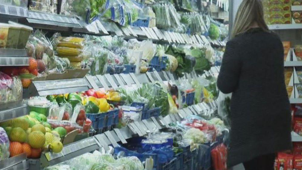 Žena u trgovini na odjelu voća i povrća