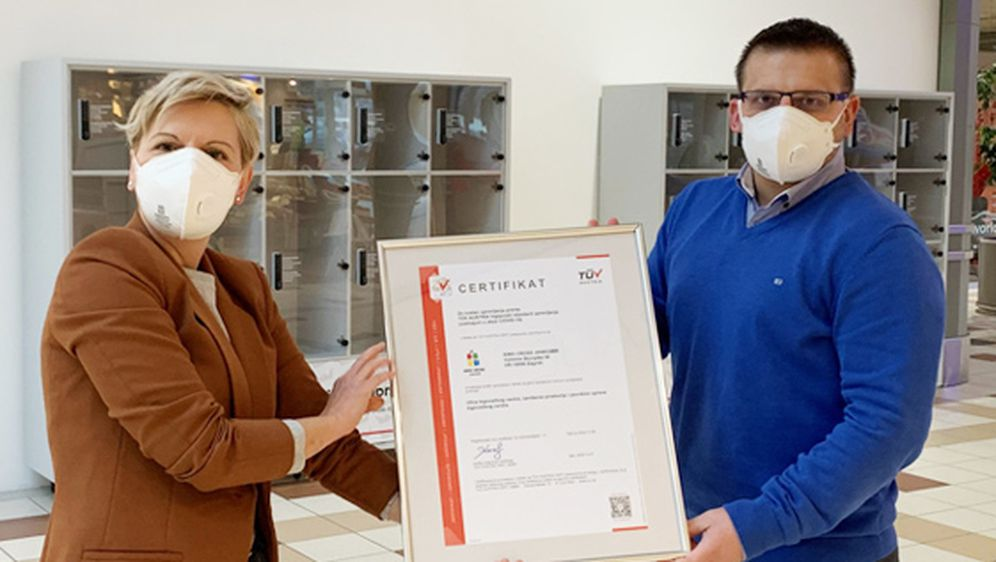 Katja Hlup (Voditeljica TC King Cross Jankomir) i Bojan Marković (Suradnik za marketing TC King Cross Jankomir) s TÜV certifikatom dodijeljenom TC King Cross Jankomir za upravljanje higijenom.