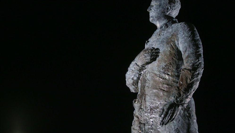 Jajima na spomenik Franji Tuđmanu (Foto: Luka Stanzl/PIXSELL)
