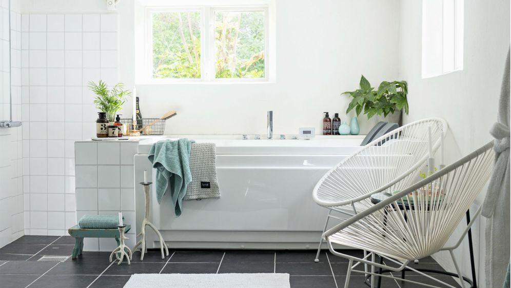 Kupaonica u bijelo-sivoj kombinaciji boja s dodatkom zelene
