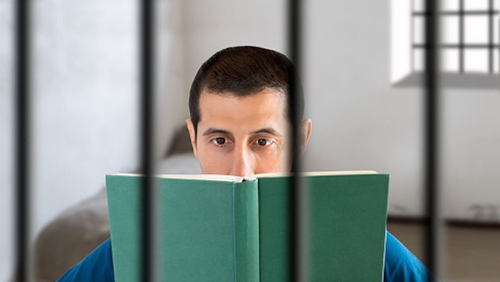 Lektira iza rešetaka, ilustracija (Foto: Gettyimages)