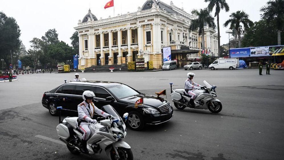Službena vozila čelnika Sj. Koreje i SAD-a napustila su hotele u Hanoiju (Foto.: AFP) - 1