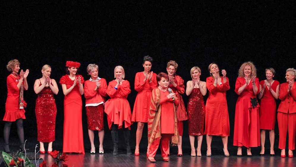 Revija za Dan crvenih haljina