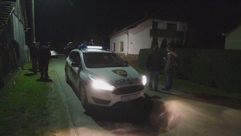 Policijski auto pred kućom
