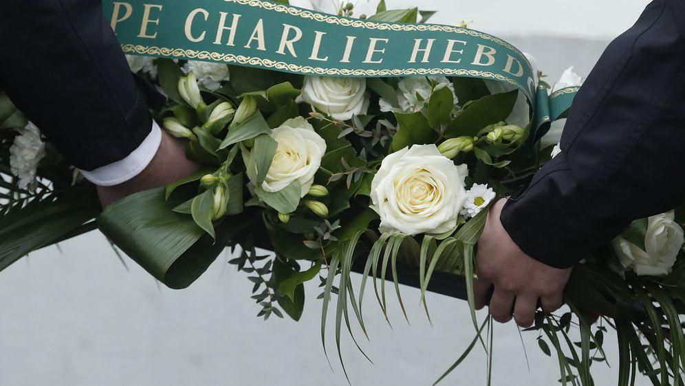 Polaganje vijenca na komemoraciji za 17 žrtava napada na Charlie Hebdou u Parizu (Foto: AFP)
