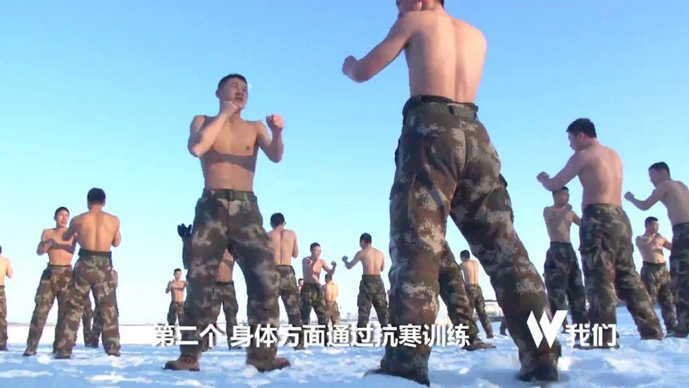 Muškarci su se između ostaloga morali \'tuširati\' snijegom (FOTO: Screenshot)