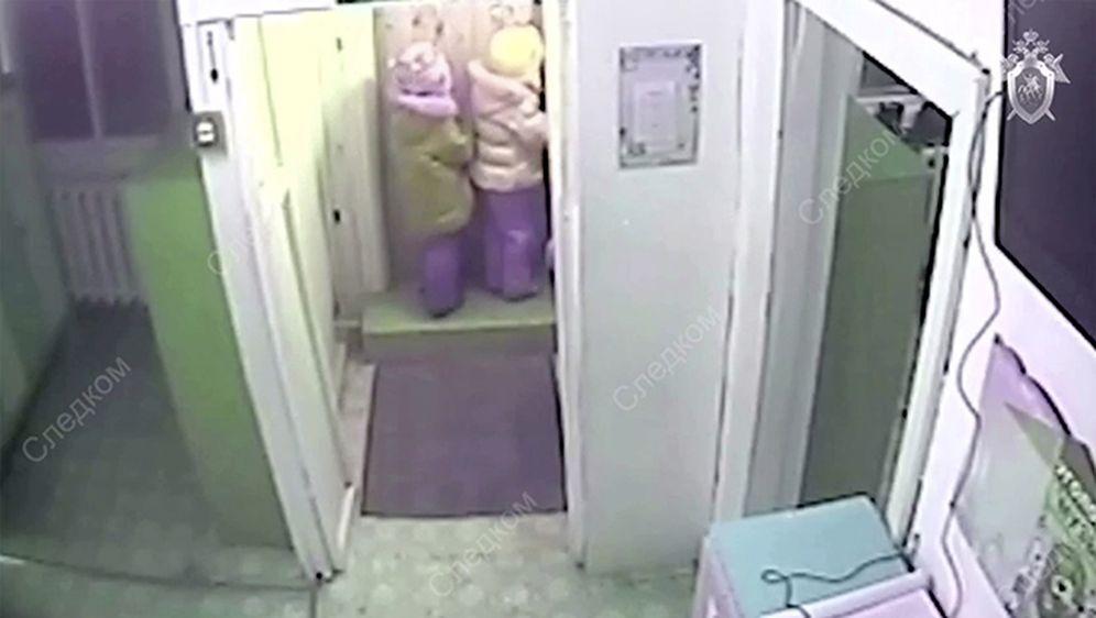 Djevojčice krenule kući iz vrtića na -45 stupnjeva (Screenshot: Anna Liesowska/YouTube)