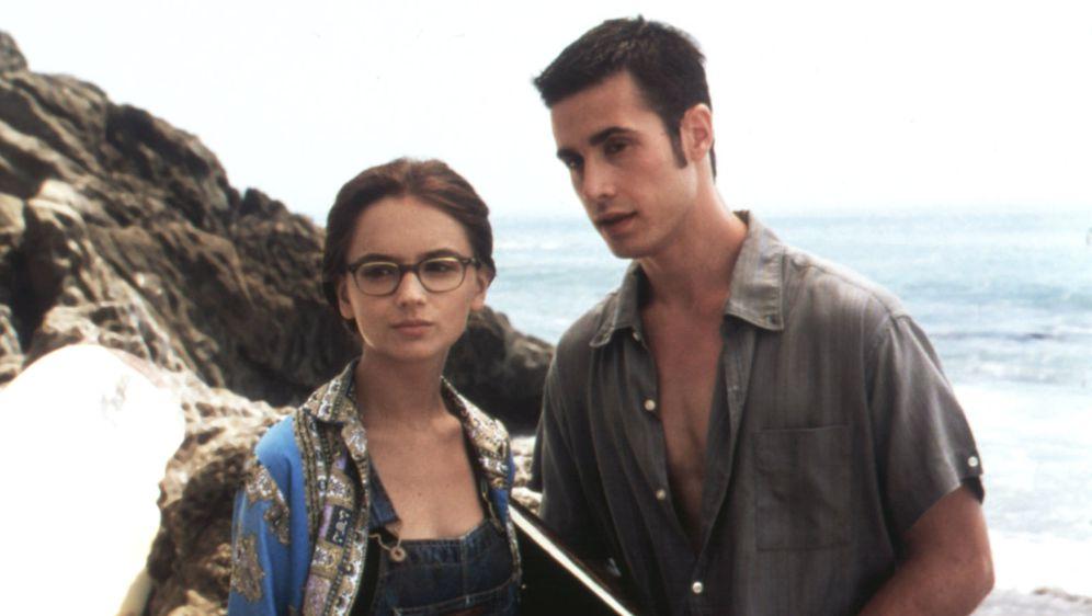 """Rachel Leigh Cook (Laney Boggs) i Freddie Prinze Jr. (Zack Siler) u sceni iz filma """"Ona je sve to"""""""