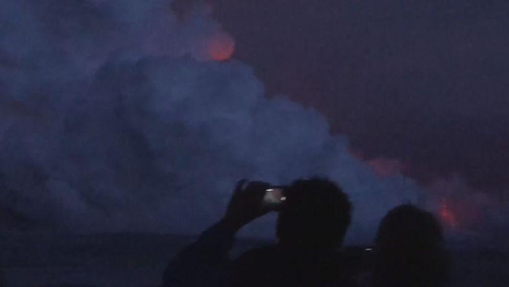 Turisti s broda promatraju lavu (Screenshot: AP)