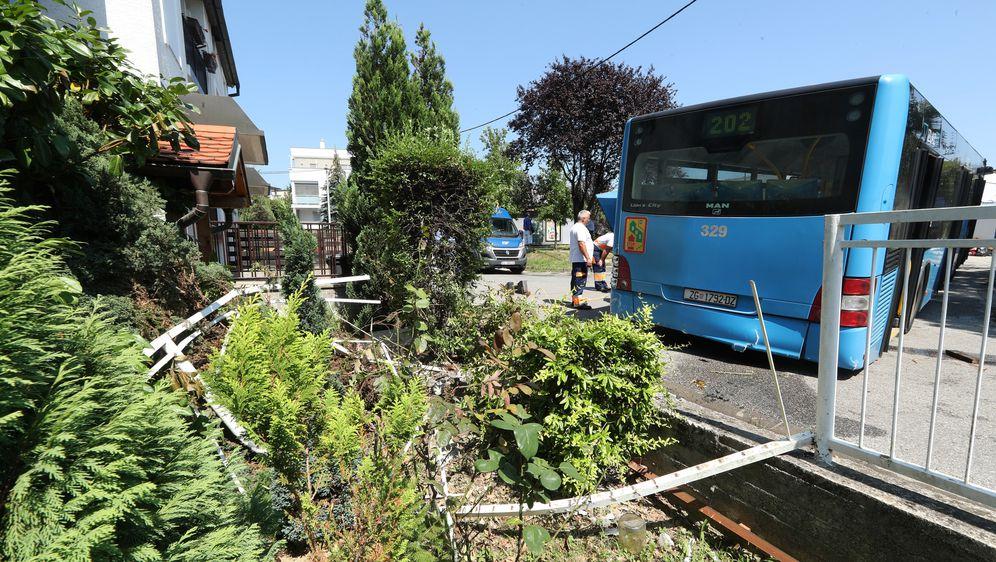 Autobus ZET-a udario u obiteljsku kuću (Foto: Robert Anic/PIXSELL) - 6