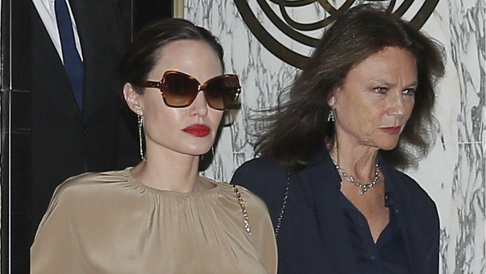 Angelina Jolie sa svojom krsnom kumom, glumicom Jaqueline Bissett u Parizu