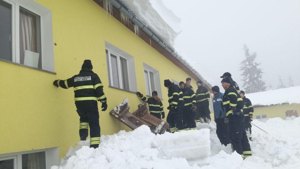 Snijeg u Delnicama i dalje stvara probleme (Foto: Marko Balen) - 2