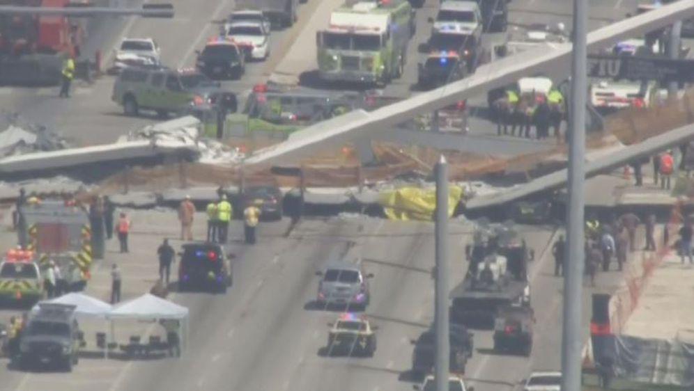 Urušio se most u Miamiju (Foto: Reuters)