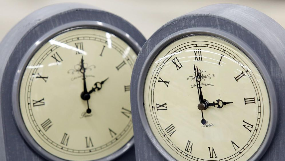 Pomicanje sata (Foto: Dusko Jaramaz/PIXSELL)