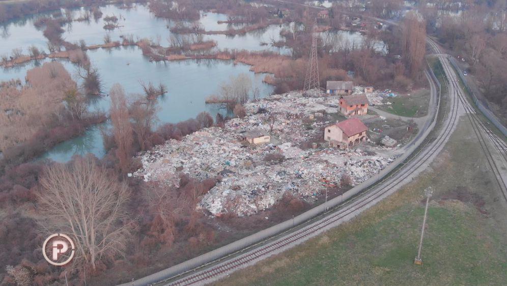 Brdo smeća usred metropole (Foto: dnevnik.hr) - 5