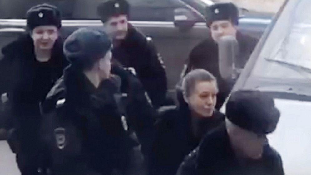 Majku ruske djevojčice privode policajci (Foto: Profimedia)