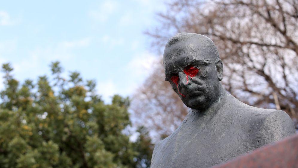 Vandali u Splitu obojili oči na spomeniku Franji Tuđmanu u crveno (Foto: Miranda Cikotic/PIXSELL)
