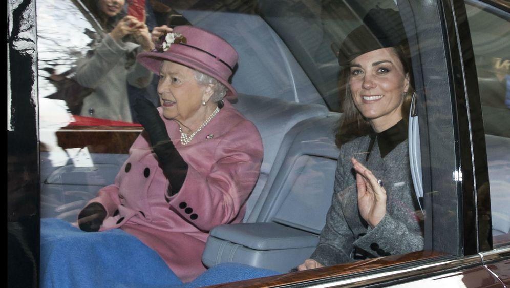 Kraljica Elizabeta i Catherine Middleton podijelile su dekicu