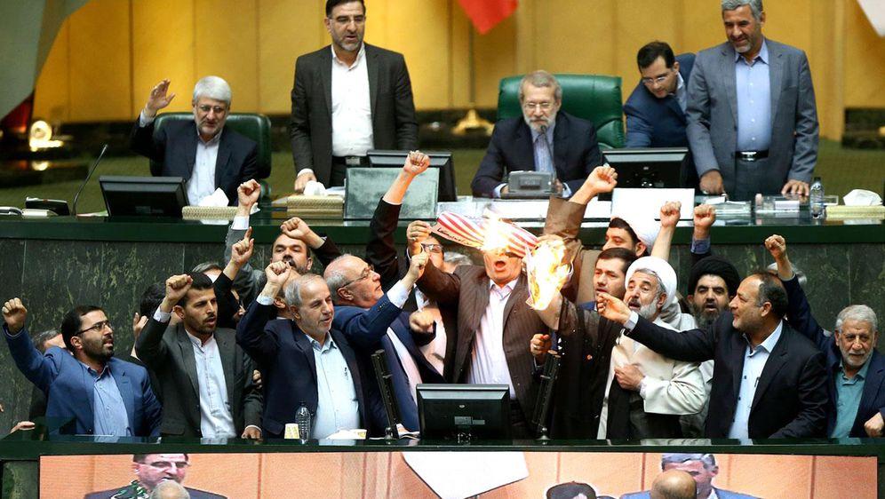 Paljenje američke zastave u iranskom parlamentu (Foto: AFP)
