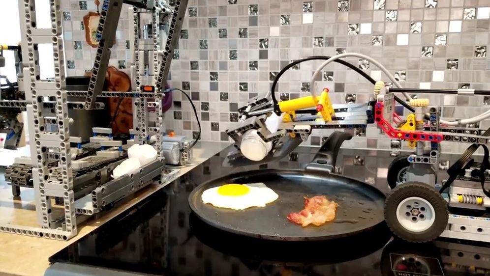 Stroj napravljen od lego-kockica peče jaja sa špekom (Screenshot YouTube)
