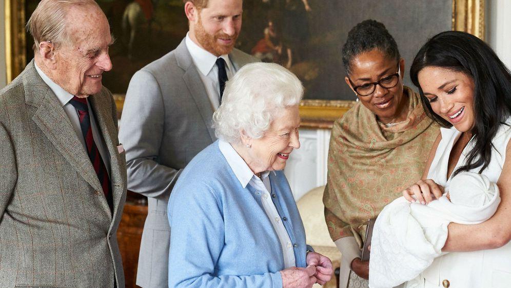 Maleni Archie okružen članovima obitelji