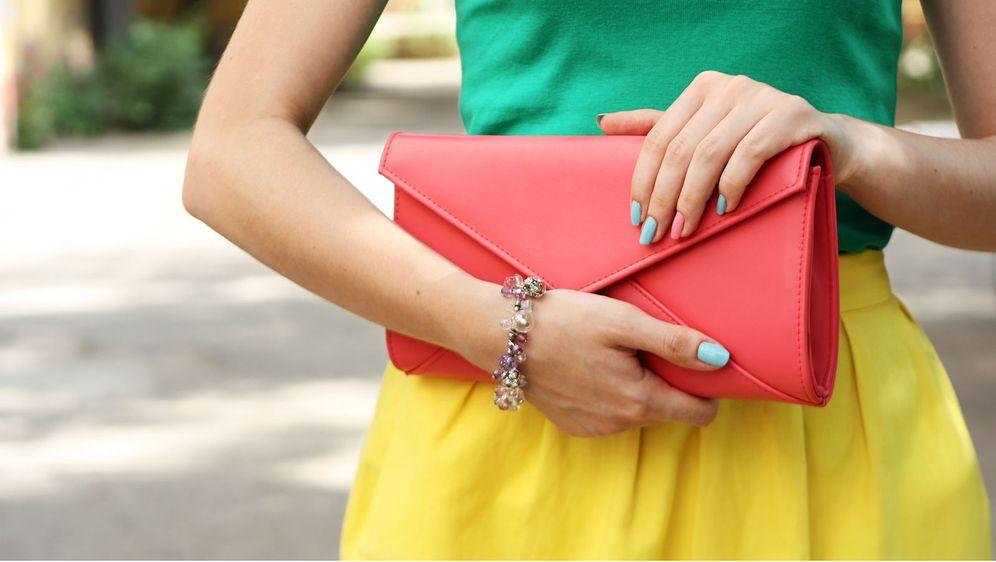 Osvježite garderobu torbicom u koraljnoj boji