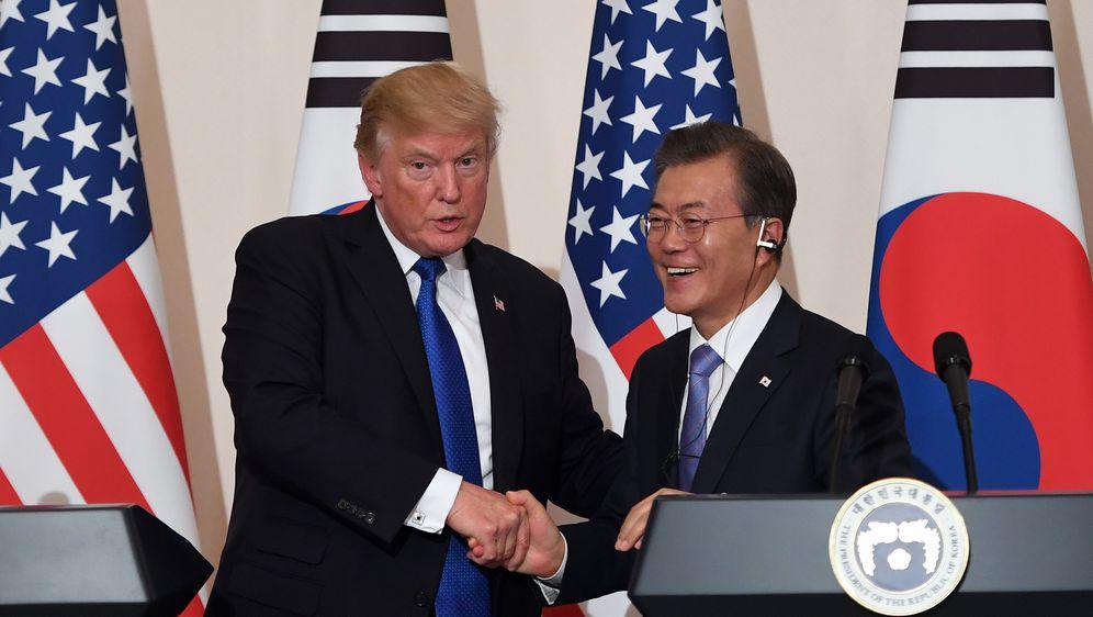 Donald Trump i Moon Jae (Foto: AFP)