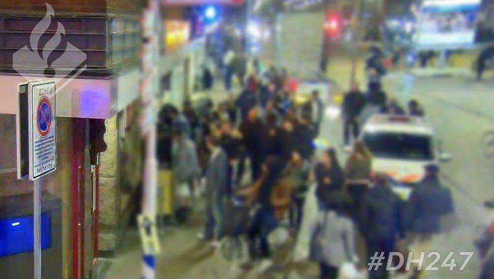 Okupljena gomila zabavljena je spašavanjem muškarca u restoranu (Foto: Politiebureau Jan Hendrikstraat)