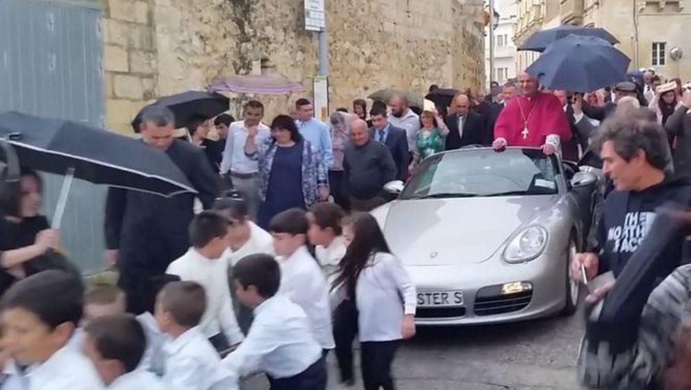 Svećenik u Porscheu (Printscreen: Twitter)