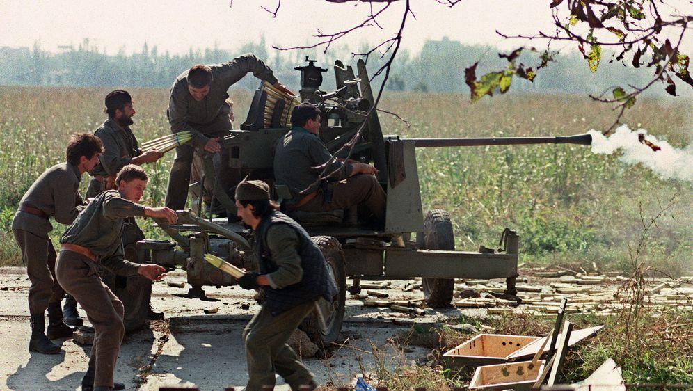 Srpska paravojska puca na položaje hrvatskih vojnika koji brane Vukovar (Foto: Arhiva/AFP)
