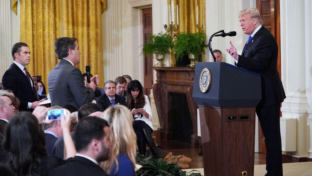 CNN-ov novinar Jim Acosta i Donald Trump (Foto: AFP)