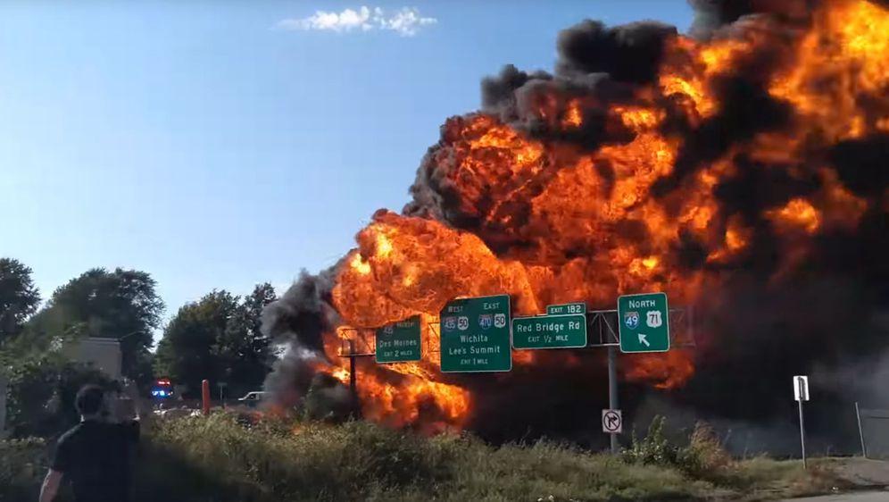 Zapaljeni tanker (Foto: Screenshot/YouTube)