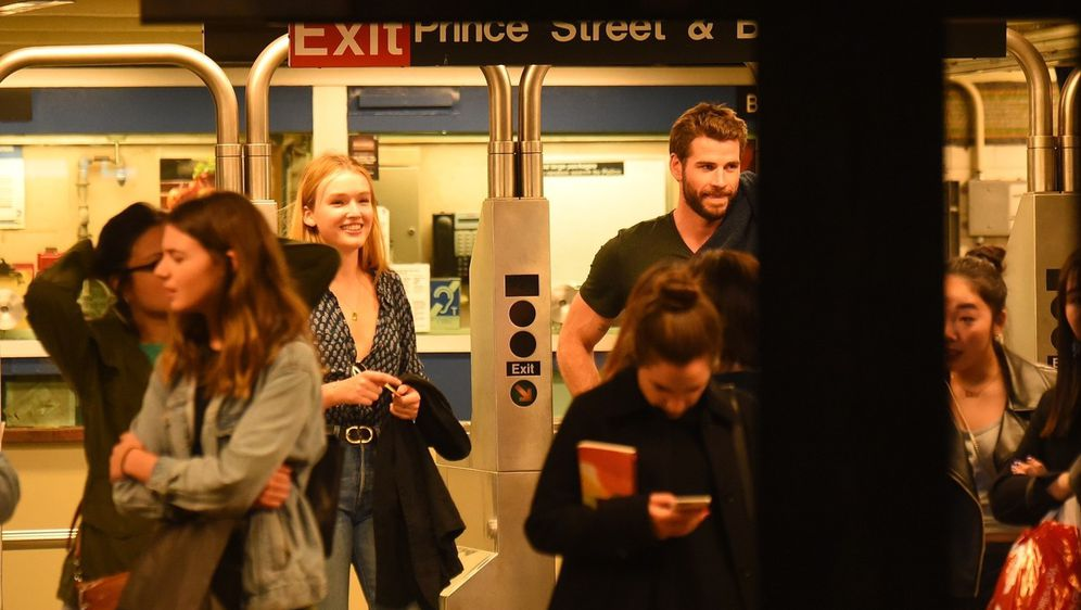 Liam Hemsworth i Maddison Brown (Foto: Profimedia)