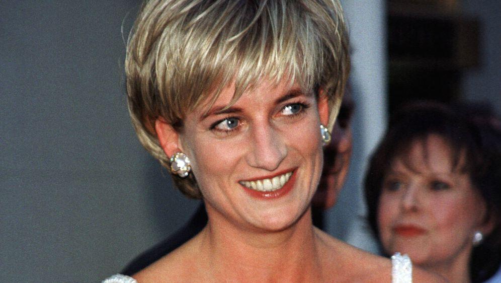 Diana 1997. uoči aukcije na kojoj je prodana i njezina omiljena haljina
