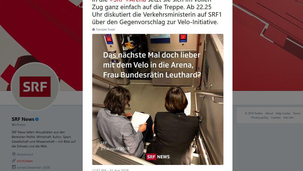 Ministrica sjedi na podu u vlaku (Screenshot: SRF/Twitter)