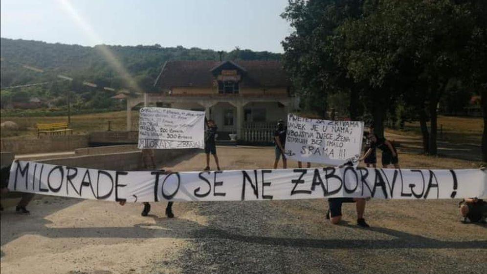 Transparenti ispred kafića u Uzdolju (Foto: Facebook)