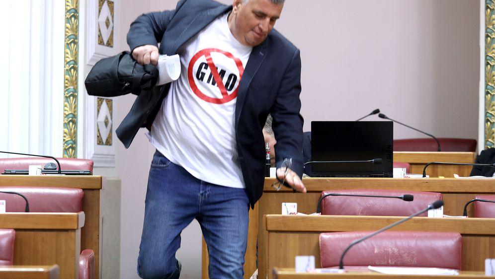 Miro Bulj na ulasku u Sabornicu skoro pao (Foto: Patrik Macek/PIXSELL) - 3